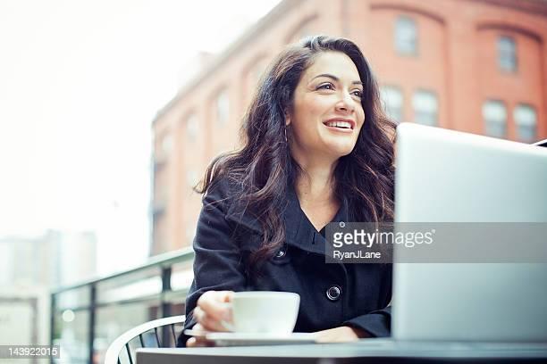ビジネスの女性屋外でコーヒーブレイク。