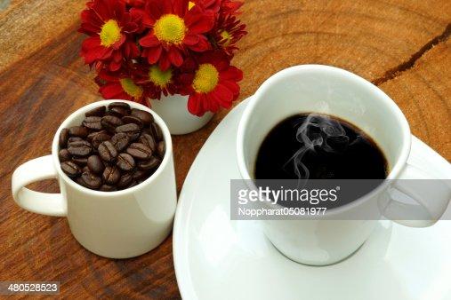 Tasse à café et les haricots sur un fond en bois. : Photo