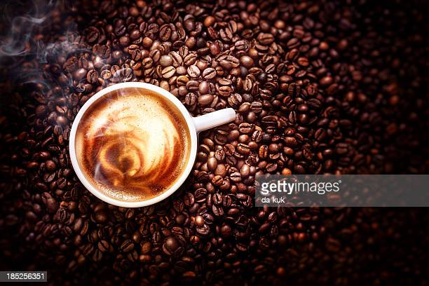 Tasse de café à proximité.