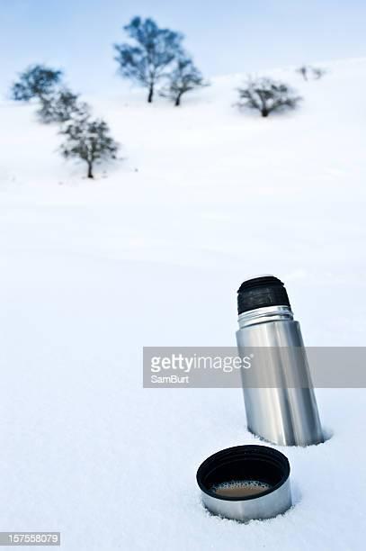雪の中でコーヒーフラスコ