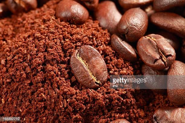 Granos de café y polvo