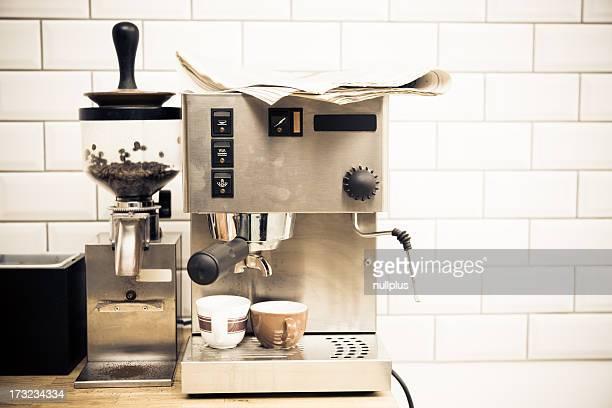 Macchina per il caffè e quotidiani