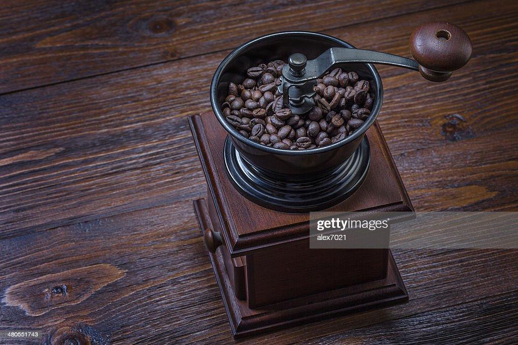 Molino de café sobre fondo de madera : Foto de stock