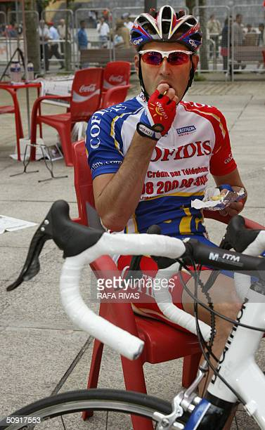 Cofidis cycling team's French Cedric Vasseur eats a cake minutes before the start of the first stage of the 'Euskal Bizikleta' cycling race 02 June...