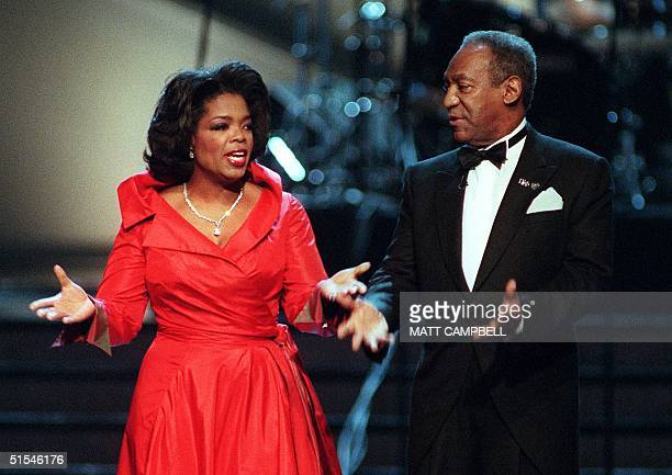 Cohosts Oprah Winfrey and Bill Cosby joke with each other during the opening of the 2000 Essence Awards 14 April 2000 at Radio City Music Hall in New...