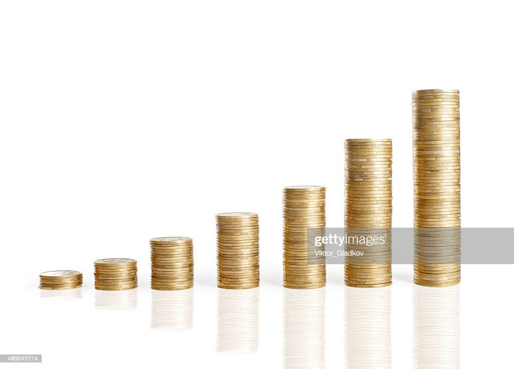 Aislado sobre blanco, un montón de monedas : Foto de stock
