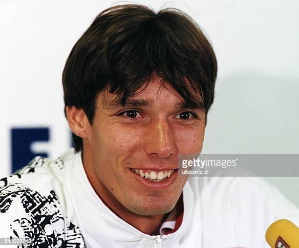 colSportler Tennis DPorträt mit fröhlichem Gesichtsausdruck 061994