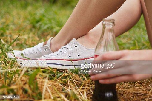 Cola na mão da Menina : Foto de stock