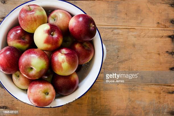 Scolapasta pieno di mele stile impero con spazio copia