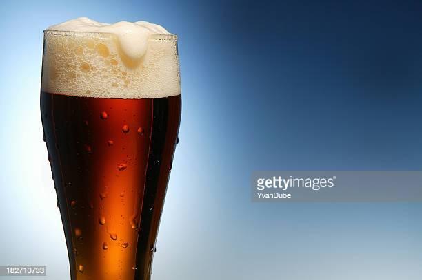 Kaltes Bier auf blauem Hintergrund