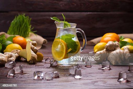 Frio citrusy Limonada no jarro. : Foto de stock