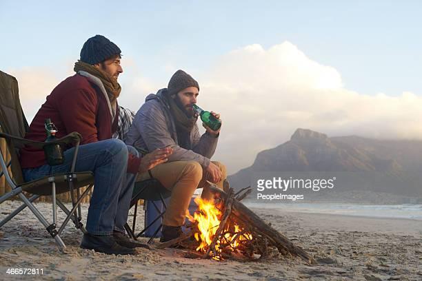 Des boissons fraîches et un feu de cheminée