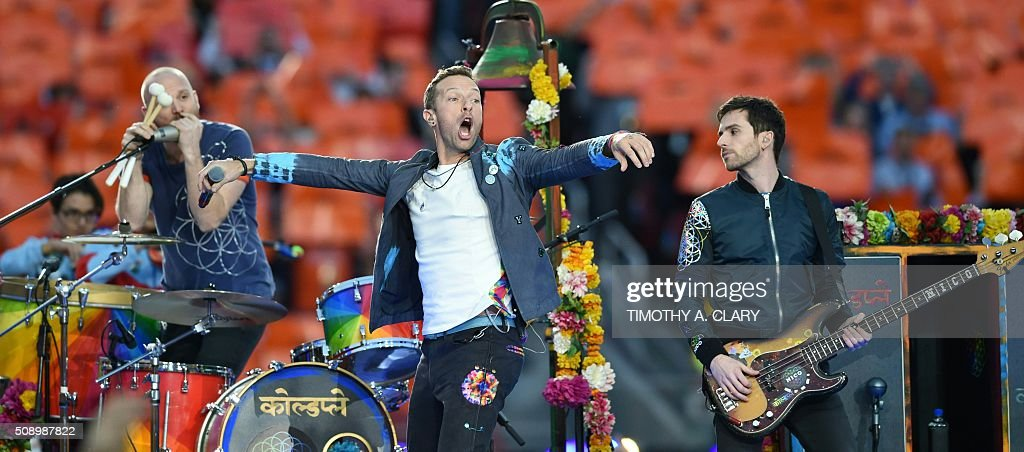 Coldplay performs during Super Bowl 50 between the Carolina Panthers and the Denver Broncos at Levi's Stadium in Santa Clara, California February 7, 2016. / AFP / TIMOTHY A. CLARY