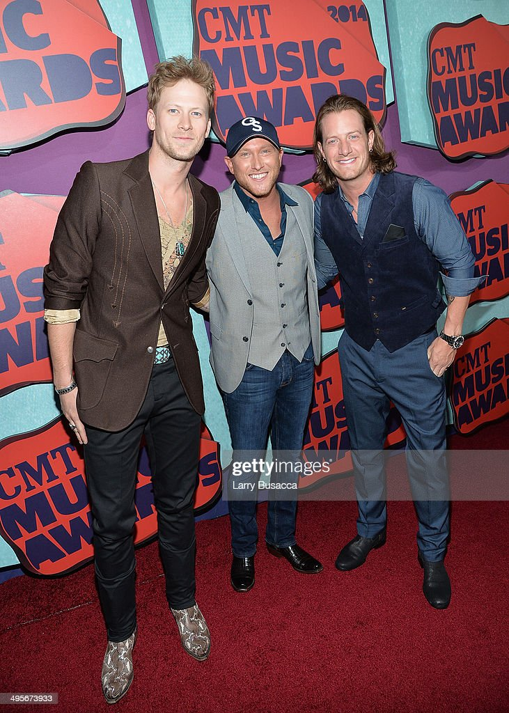<a gi-track='captionPersonalityLinkClicked' href=/galleries/search?phrase=Cole+Swindell&family=editorial&specificpeople=11613741 ng-click='$event.stopPropagation()'>Cole Swindell</a> (C) poses with Brian Kelley (L) and <a gi-track='captionPersonalityLinkClicked' href=/galleries/search?phrase=Tyler+Hubbard&family=editorial&specificpeople=9453787 ng-click='$event.stopPropagation()'>Tyler Hubbard</a> (R) of Florida Georgia Line at the 2014 CMT Music awards at the Bridgestone Arena on June 4, 2014 in Nashville, Tennessee.