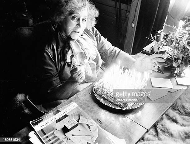 Colette Celebrates Her 80th Birthday COLETTE assise dans son lit s'apprêtant à souffler ses bougies