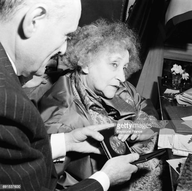 Colette reçoit la médaille de la Ville de Paris à Paris France en 1953