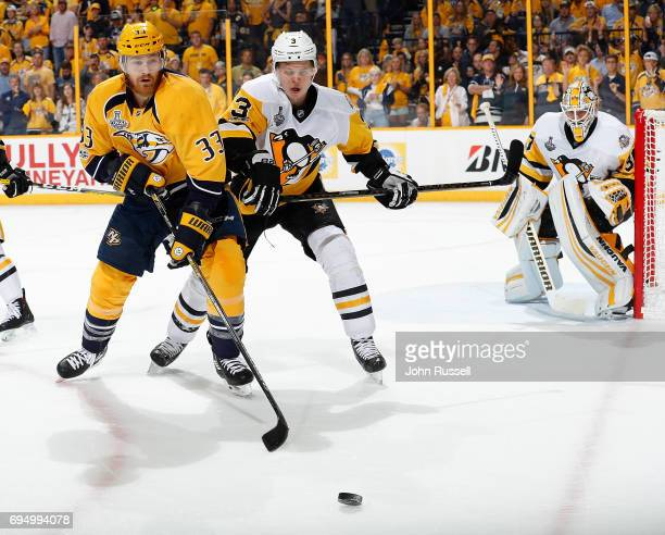 Colin Wilson of the Nashville Predators goes for the puck as Olli Maatta of the Pittsburgh Penguins defends in front of Matt Murray of the Pittsburgh...