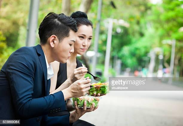 Kollegen, frische vegetarische Mittagessen im Freien