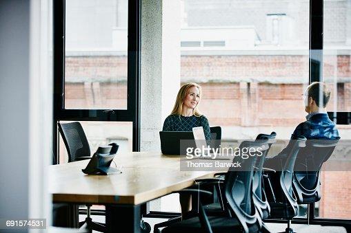 Avere il mondo a portata di mano foto e immagini stock for Mondo office