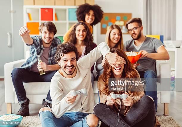 Collègues jouant à des jeux vidéo au bureau Salle de relaxation