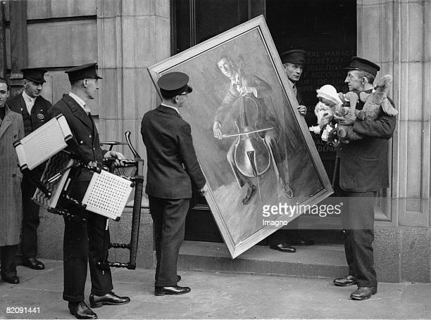 Collecting a painting Exhibits for Art Exhibition of London railroaders London England About 1935 [Exponate der Kunstausstellung der Londoner...