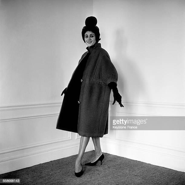 Collection AutomneHiver 62 Manteau 'COUCY' houppelande en couverture rouge de Rodin Chapeau noir réalisé par JeanCharles Brosseau pour Jacques...