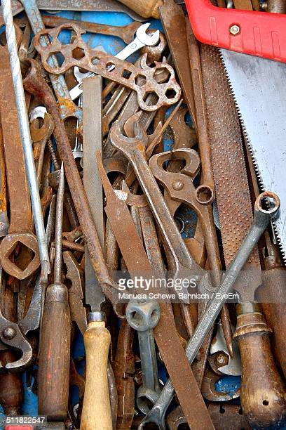 Une collection d'outils main rusting