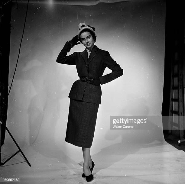 Collections Fall Winter 1950 Fashion Designers Of Paris Portrait en studio d'un mannequin présentant pour CARVEN un tailleur pieddepoule ceinturé