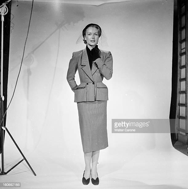 Collections Fall Winter 1950 Fashion Designers Of Paris Portrait en studio d'un mannequin présentant pour Jeanne LAFAURIE un tailleur en lainage...