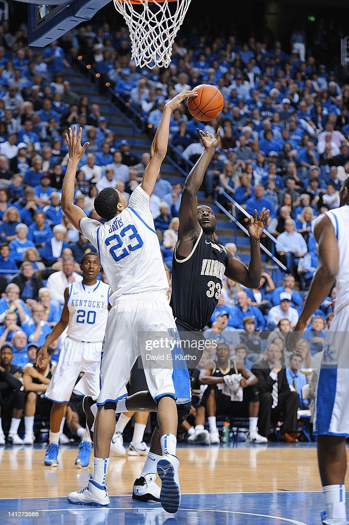 Kentucky Anthony Davis (23) in action, defense vs Vanderbilt Steve Tchiengang (33) at Rupp Arena. David E. Klutho F319 )