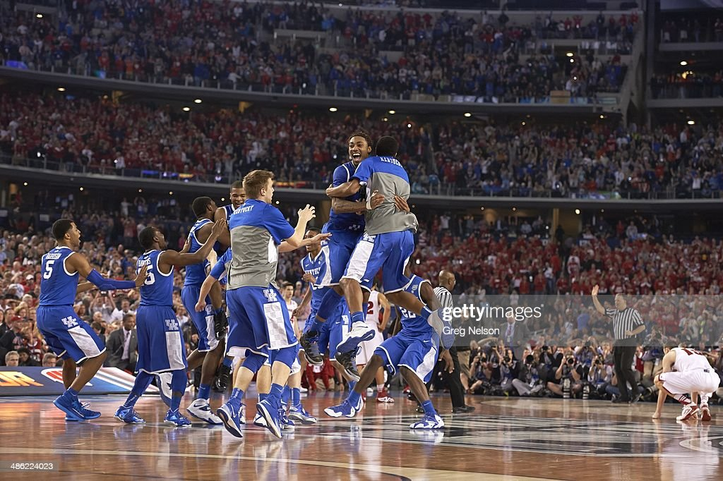 Kentucky players victorious on court after winning game vs Wisconsin at AT&T Stadium. Greg Nelson F143 )