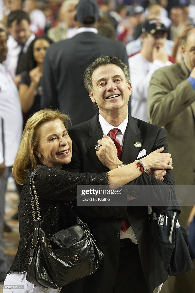 Louisville head coach Rick Pitino victorious with his wife, Joanne Minardi, after winning game vs Michigan at Georgia Dome. David E. Klutho X156381 TK1 R4 F37 )