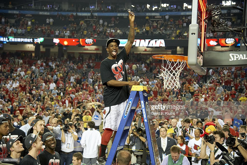 Louisville Russ Smith (2) victorious, cutting down the net after winning game vs Michigan at Georgia Dome. David E. Klutho X156381 TK1 R2 F7 )