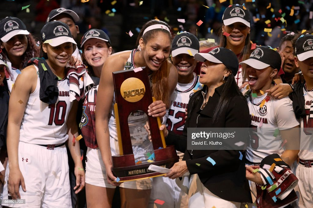 South Carolina A'ja Wilson (22) and coach Dawn Staley victorious holding NCAA Championship plaque with players after winning game vs Mississippi State at American Airlines Center. David E. Klutho SI798 TK1 )