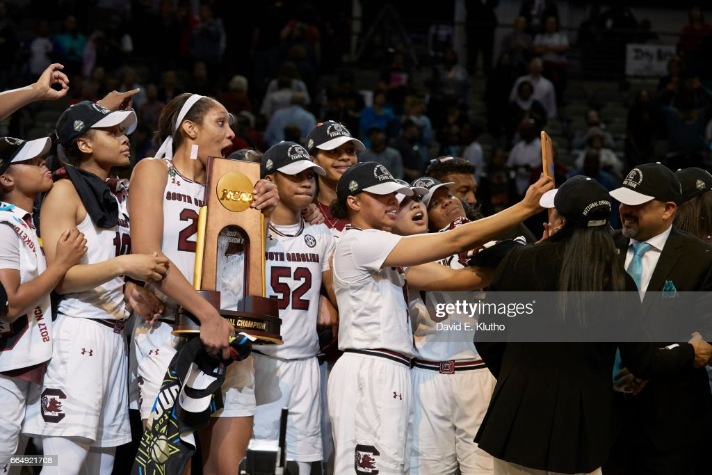 South Carolina A'ja Wilson (22) victorious holding NCAA Championship plaque and taking selfie with teammates after winning game vs Mississippi State at American Airlines Center. David E. Klutho SI798 TK1 )
