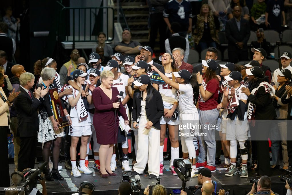 South Carolina coach Dawn Staley being interviewed by ESPN sideline reporter Holly Rowe with players after winning game vs Mississippi State at American Airlines Center. David E. Klutho SI798 TK1 )