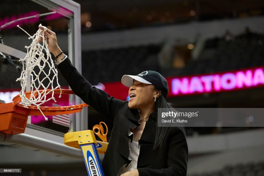 South Carolina coach Dawn Staley victorious on ladder after cutting net after winning game vs Mississippi State at American Airlines Center. David E. Klutho SI798 TK1 )