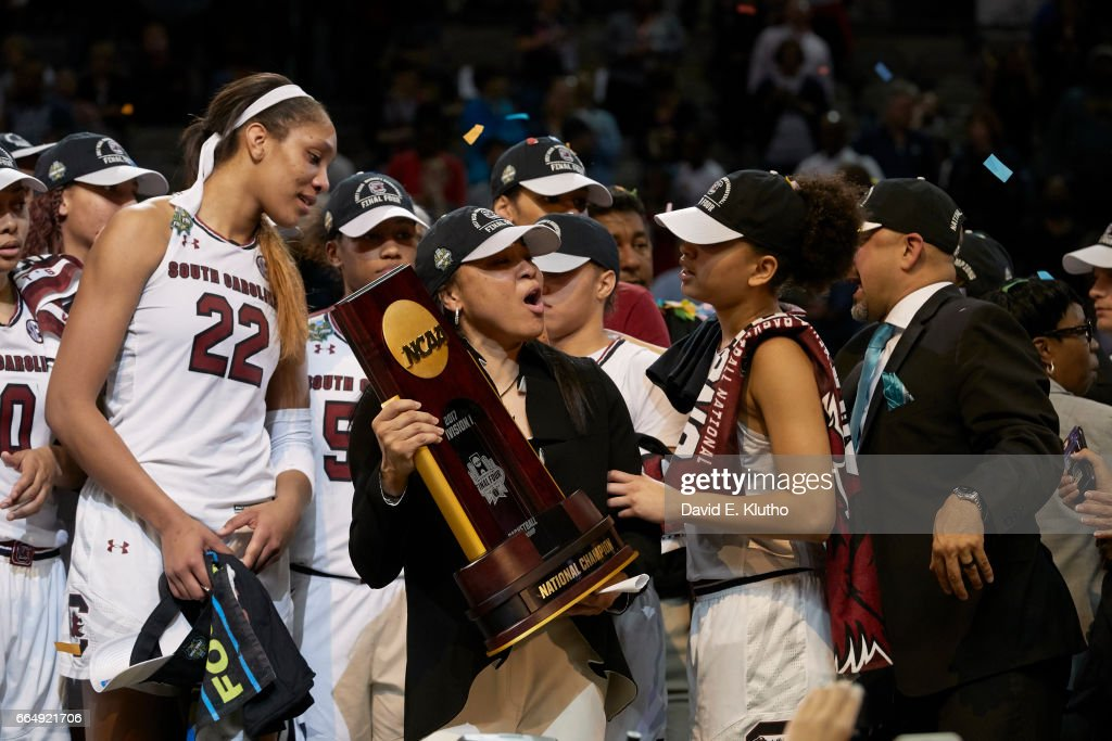 South Carolina coach Dawn Staley victorious with players and holding NCAA Championship plaque after winning game vs Mississippi State at American Airlines Center. David E. Klutho SI798 TK1 )