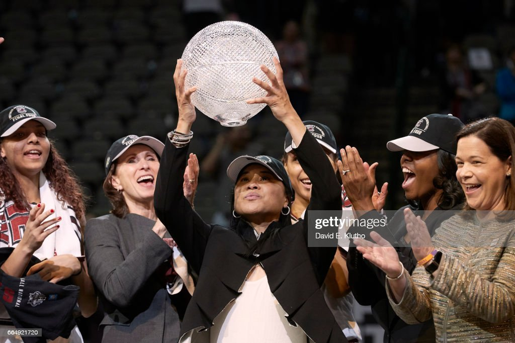 South Carolina coach Dawn Staley victorious with players and holding up WBCA trophy after winning game vs Mississippi State at American Airlines Center. David E. Klutho SI798 TK1 )