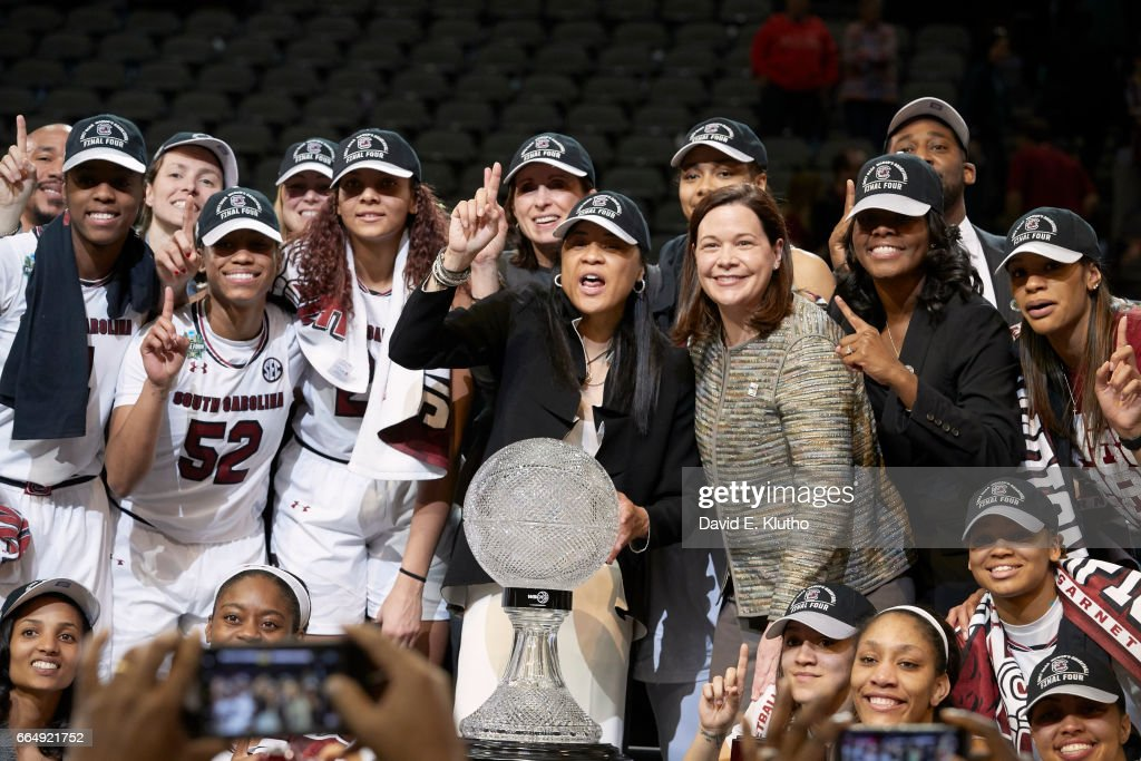 South Carolina coach Dawn Staley victorious with players and WBCA trophy after winning game vs Mississippi State at American Airlines Center. David E. Klutho SI798 TK1 )