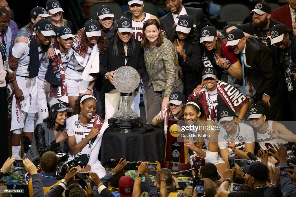 South Carolina coach Dawn Staley victorious with WBCA trophy, NCAA Championship plaque and players after winning game vs Mississippi State at American Airlines Center. David E. Klutho SI798 TK1 )