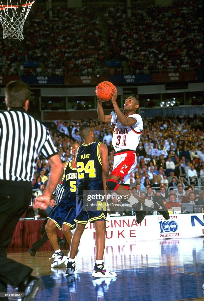 college-basketball-ncaa-playoffs-cincinnati-nick-van-exel-in-action-picture-id154164537
