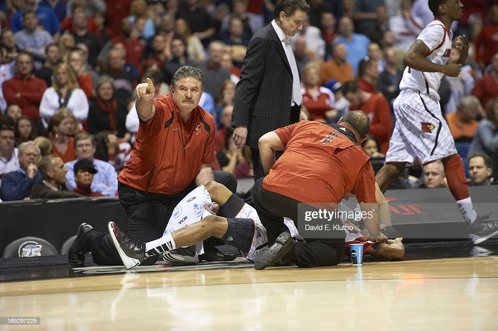 Louisville Kevin Ware (5) on floor after suffering compound fracture leg injury during game vs Duke at Lucas Oil Stadium. David E. Klutho X156331 TK1 R3 F54 )