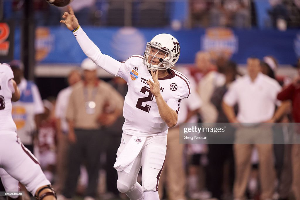 Texas A&M QB Johnny Manziel (2) in action, passing vs Oklahoma at Cowboys Stadium. Greg Nelson F272 )