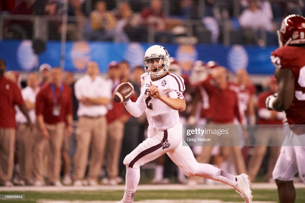 Texas A&M QB Johnny Manziel (2) in action vs Oklahoma at Cowboys Stadium. Greg Nelson F31 )