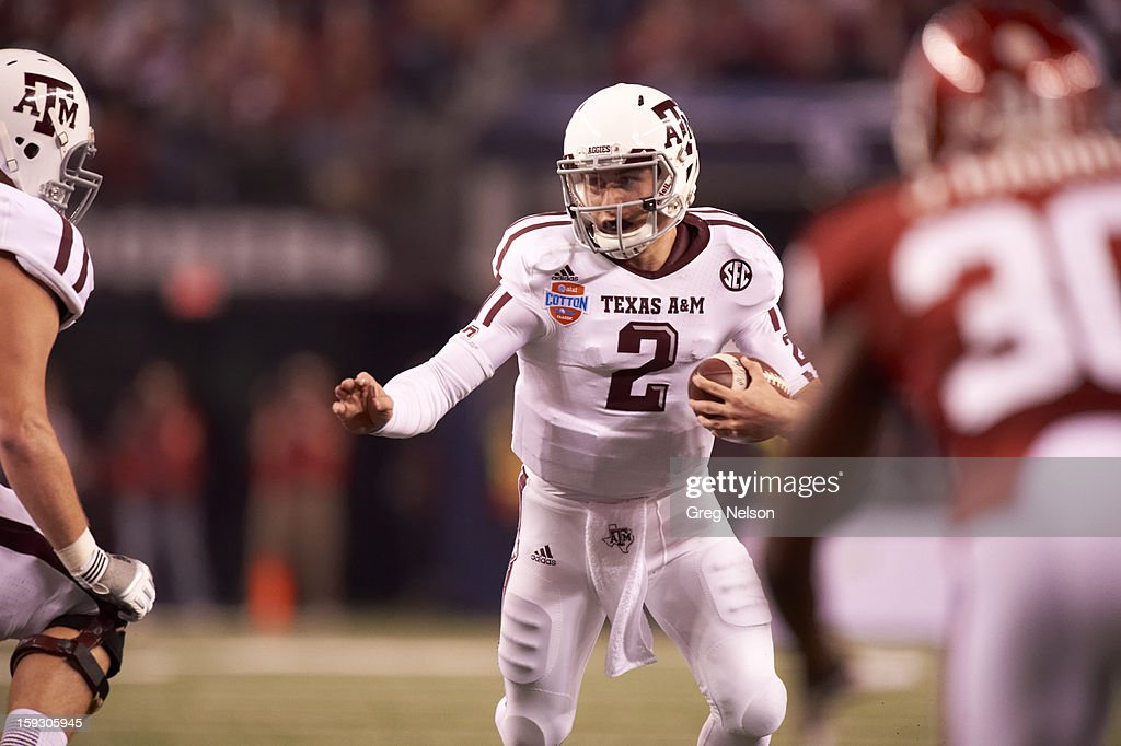 Texas A&M QB Johnny Manziel (2) in action vs Oklahoma at Cowboys Stadium. Greg Nelson F49 )