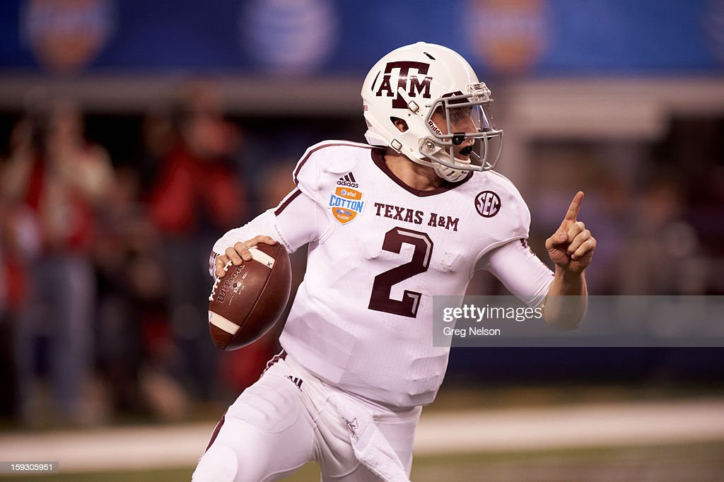 Texas A&M QB Johnny Manziel (2) in action vs Oklahoma at Cowboys Stadium. Greg Nelson F224 )