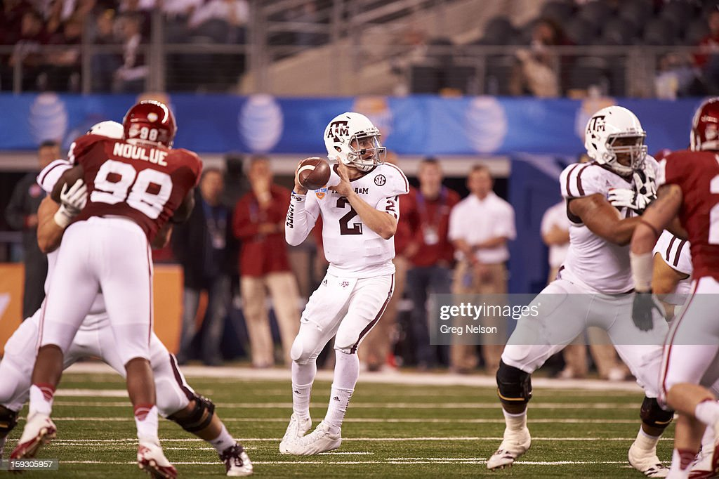 Texas A&M QB Johnny Manziel (2) in action vs Oklahoma at Cowboys Stadium. Greg Nelson F276 )