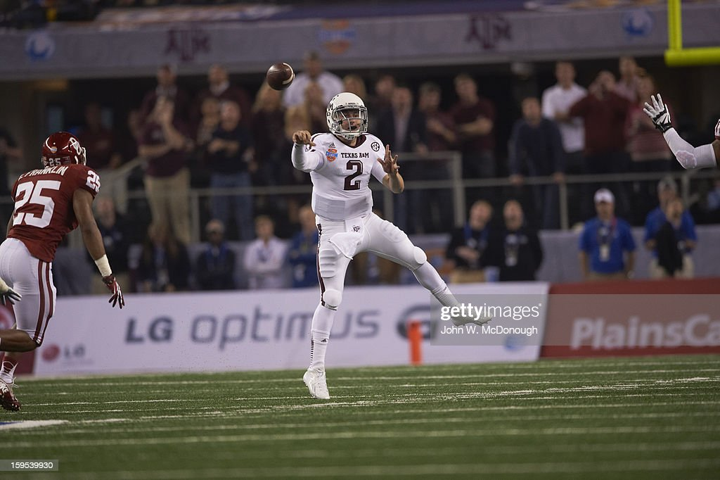 Texas A&M QB Johnny Manziel (2) in action, making pass vs Oklahoma at Cowboys Stadium. John W. McDonough F199 )