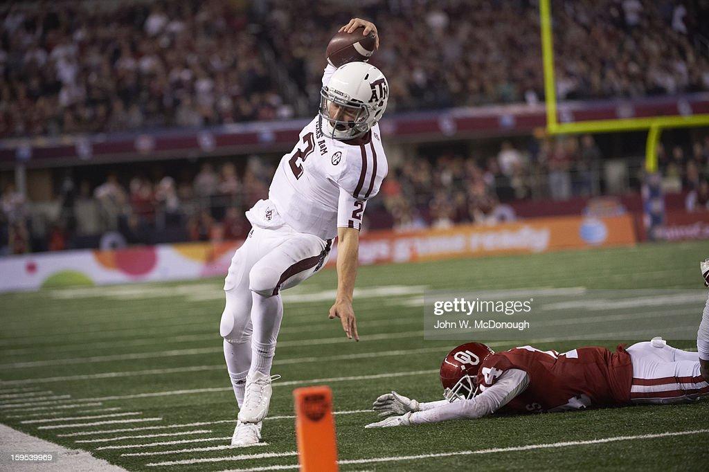 Texas A&M QB Johnny Manziel (2) in action, walking into endzone for touchdown vs Oklahoma at Cowboys Stadium. John W. McDonough F279 )